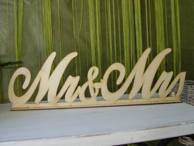 "Natúr fa - ""Mr & Mrs"" tábla talppal írott"