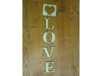 Natúr fa - Love felirat betűkből szívvel